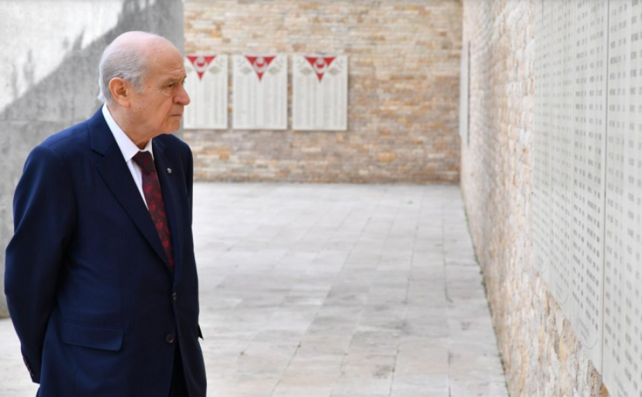 <p>İBB Başkanı Ekrem İmamoğlu'na 'elleri arkada' incelemesi başlatılması tartışmalara neden olurken, MHP lideri Devlet Bahçeli'nin 'elleri arkada şehitlik ziyareti' sosyal medyada konuşulmaya başlandı.<br></p>