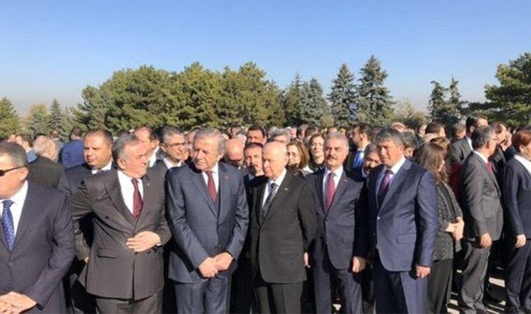 Özgür Özel'den MHP'li Büyükataman'a eli arkada fotoğraf yanıtı: