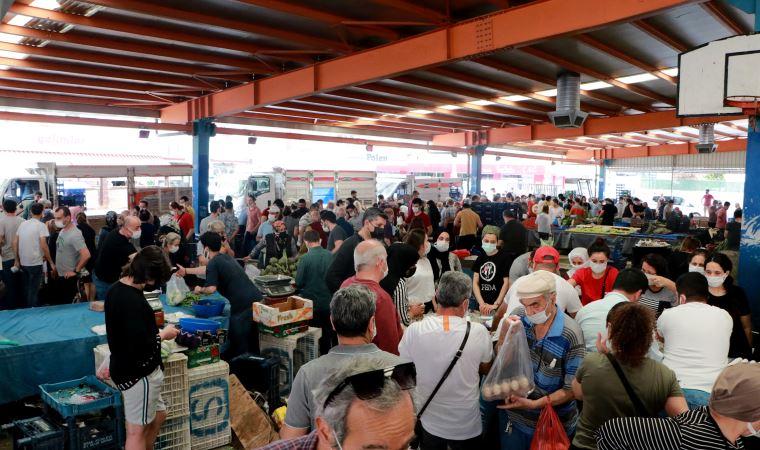 Adana'da halk pazarlara akın etti