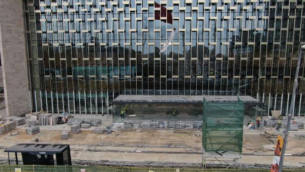<p>Taksim'de yapımına devam edilen Atatürk Kültür Merkezi (AKM) inşaatının önündeki demir panolar kaldırılınca AKM'nin ön cephesi ortaya çıktı.&nbsp;<br></p>