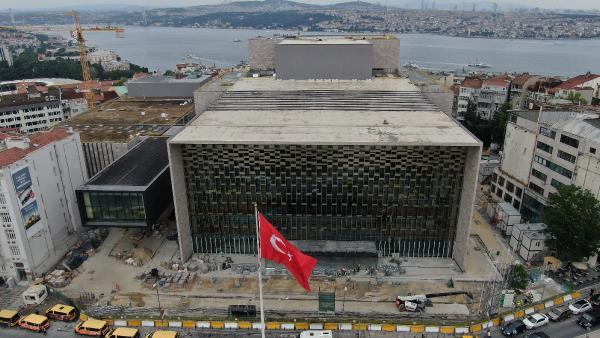 <p>10 Şubat 2019'da temeli atılan AKM'de çalışmalar devam ederken inşaatın Taksim Meydanı'na bakan bakan bölümündeki demir panolar ve bez afiş kaldırıldı.</p>