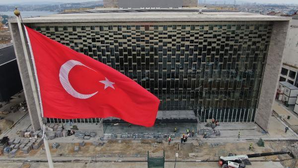 <p>Yeni Atatürk Kültür Merkezi binasında, 2 bin 500 kişilik bir opera salonu, 800 kişilik tiyatro salonu, bin kişilik konferans salonu, 285 kişilik sinema salonu, 250 kişilik oda tiyatrosu, bir sergi salonu, bir kütüphane, 885 araçlık otopark bulunacak.<br></p>