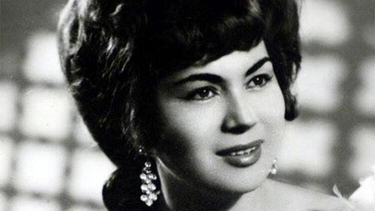 <p><strong>YILDIZ AYHAN KİMDİR?</strong></p><p>Ayhan, 1938 yılında Ankara'da dünyaya geldi. 1956'da şarkıcı oldu ve Ankara Radyosu'na katıldı. Türkiye'de Kırım Tatarca şarkılarını söyleyen ilk şarkıcılardan biri olan Yıldız Ayhan, 1979 yılında İstanbul Radyosu'na geçti. 1999 yılında emekli oldu.&nbsp;</p><p>TRT sanatçısı eşi Ahmet Gazi Ayhan'ı 30 yıl önce kaybeden 2 kız çocuğu annesi Ayhan, geçtiğimiz yıl evinde düşerek kalça kemiğini kırmıştı. Çeşitli ameliyatlar geçiren sanatçı, geçtiğimiz mayıs ayında da önce zatürree teşhisiyle hastanede tedaviye alınmıştı. Durumu ağırlaşan Ayhan, yoğun bakım ünitesinde makineye bağlanmıştı. Ayhan, 15 Haziran günü yaşamını yitirdi.</p>