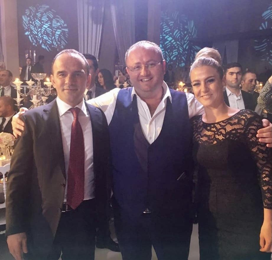 <p>Eski AKP İzmir İl Başkan Yardımcısı Ahmet Kurtuluş'un fotoğraf albümünden kareler şöyle...<br></p>