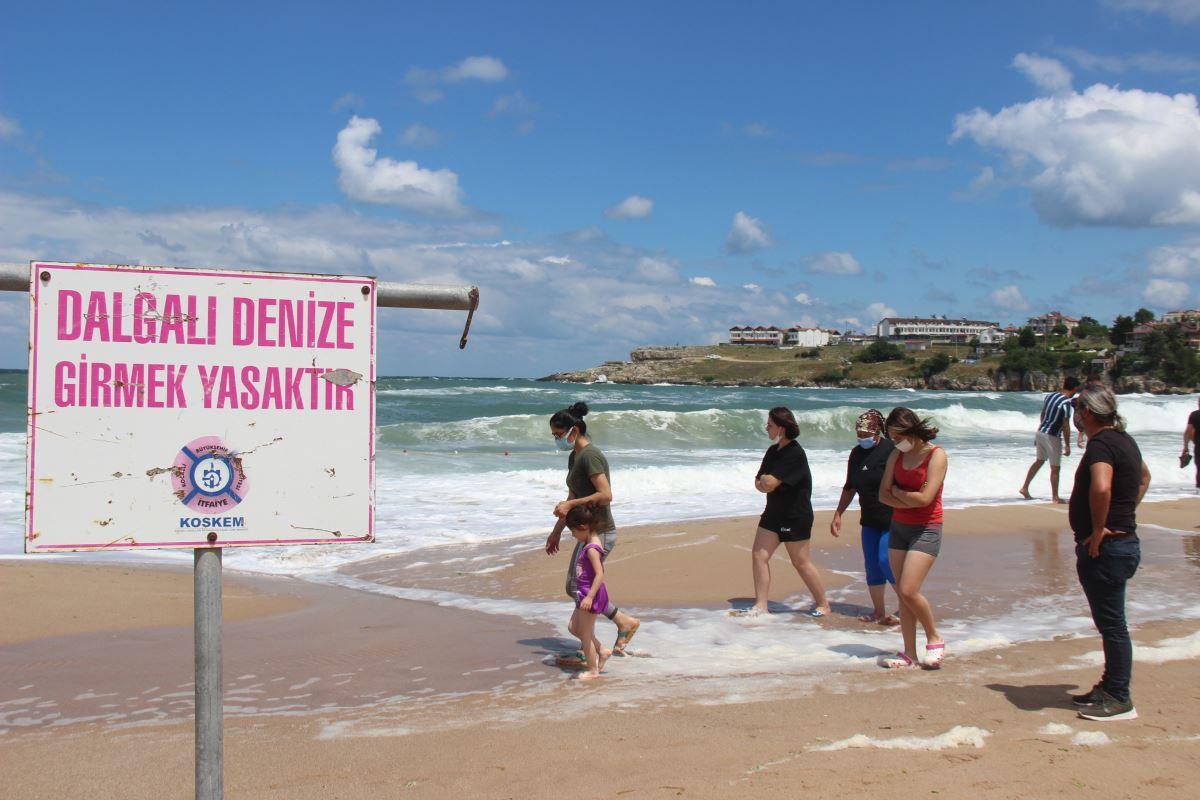 <p>Karasu sahilleri tatilcilerle dolarken, denizin aşırı dalgalı olması tehlike oluşturdu. Olası tehlikelere karşı Karasu Kaymakamlığı'nın kararıyla denize girmek yasaklandı.</p>