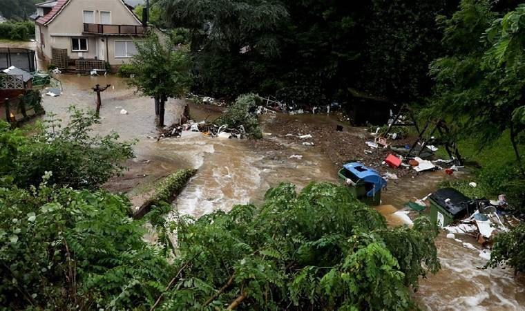 Almanya'da sel felaketini aktarmadan önce üstüne çamur süren muhabir özür diledi