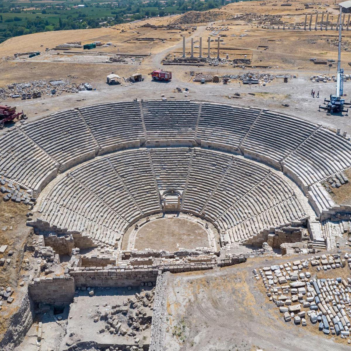 <p><strong>SON TAŞI ŞİMŞEK KOYDU</strong></p><p>Antik kentte, milattan önce 2'nci yüzyılda yapılan 15 bin kişilik antik tiyatroda yürütülen restorasyon çalışmalarında son taşı da kazı başkanı Prof. Dr. Celal Şimşek koydu ve yaşadıkları mutluluğu ifade etti.&nbsp;</p>