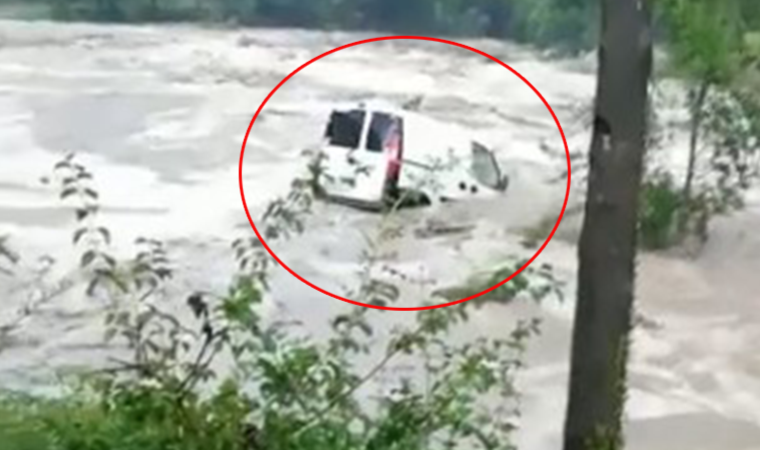 Aracının sele kapıldığını görünce gözyaşlarına boğuldu