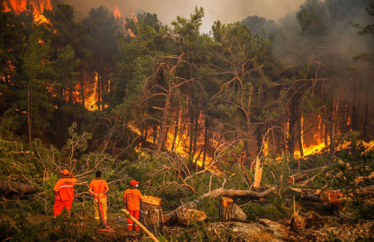 <p><strong>ANTALYA</strong></p><p>Gündoğmuş ilçesi Ortakonuş Mahallesi'ndeki ormanlık alanda 29 Temmuz'da çıkan yangın, rüzgarın etkisiyle geniş bir alana yayılarak yerleşim yerlerini tehdit etti.</p><p>Tedbir amaçlı mahalle boşaltılırken, alevlere havadan ve karadan yoğun müdahale gerçekleştirildi. Bazı bölümlerde yangınlar kontrol altına alınırken, bazı mahallelerde de söndürme çalışmalarına devam ediliyor.</p>
