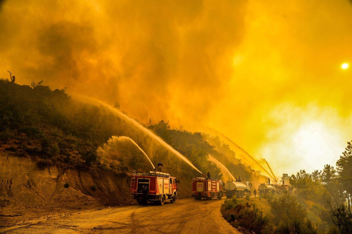 <p><strong>MUĞLA</strong></p><p>Muğla'nın ilçelerinde etkisini sürdüren yangınların kontrol altına alınması için havadan ve karadan etkin mücadele sürdürülüyor.</p><p>İl genelinde bir haftadır farklı aralıklarla çıkan 6 yangına, Muğla Orman Bölge Müdürlüğü'ne bağlı ekipler, birçok ilden gelen itfaiye personeli, kolluk kuvvetleri ve vatandaşlar müdahale ediyor.</p>