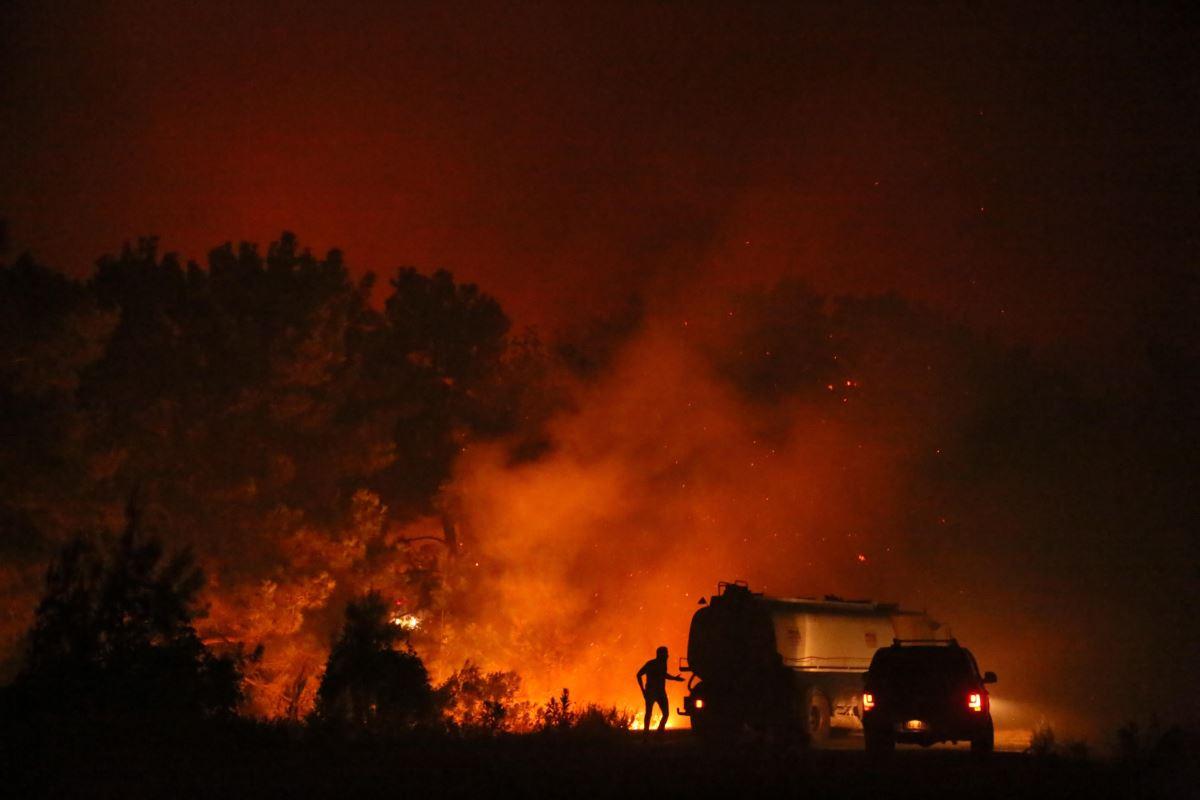 <p><strong>ISPARTA</strong></p><p>Isparta'nın Sütçüler ilçesinde çıkan orman yangının kontrol altına alınması için çalışma yürütülüyor. Çandır Köyü Yazılı Kanyon Tabiat Parkı mevkisindeki ormanlık alanda çıkan yangın, rüzgarın da etkisiyle kısa sürede yayıldı.</p><p>Ekipler gece boyunca arazöz ve itfaiye araçlarıyla söndürme çalışmalarını sürdürdü, havadan müdahale devam ediyor. Çandır Köyü ile Yıldız ve Camili mahallerinin çevresinde etkili olan yangının bir an önce kontrol altına alınması için mücadele ediliyor.</p>
