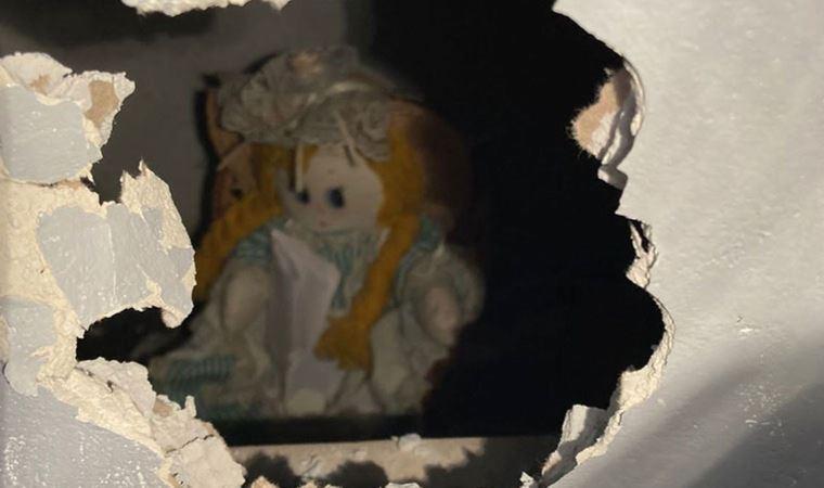 Duvarın arasından 'katil bez bebek' çıktı