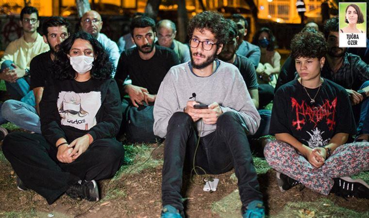 Barınma sorunu yaşayan öğrenciler parklarda sabahladı