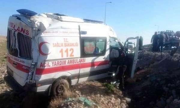 Kayseri'de ambulans devrildi: Sürücü ile 2 sağlıkçı yaralı